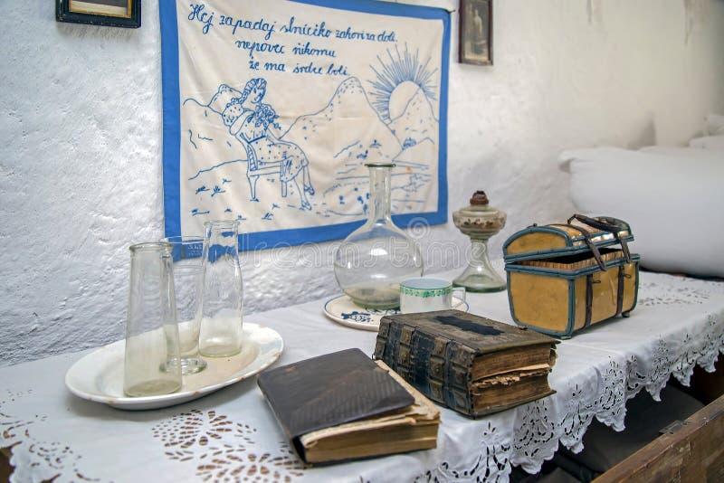 Συγκεκριμένα αντικείμενα από ένα εσωτερικό της σλοβάκικης αγροικίας στοκ εικόνα