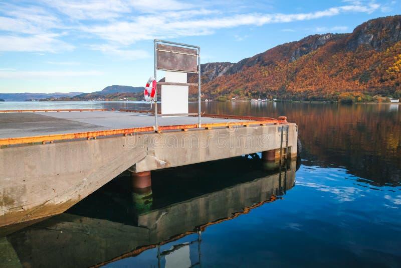 Συγκεκριμένη αποβάθρα με Lifebuoy στη Νορβηγία στοκ φωτογραφίες