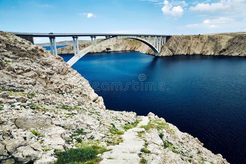 Συγκεκριμένη γέφυρα που συνδέει δύο δύσκολες ακτές του κροατικού νησιού στοκ εικόνες