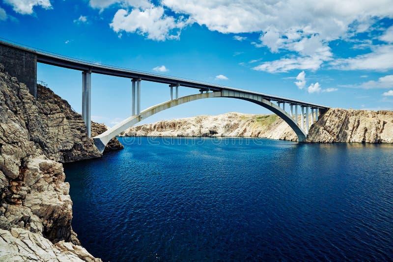 Συγκεκριμένη γέφυρα που συνδέει δύο δύσκολες ακτές του κροατικού νησιού στοκ φωτογραφίες