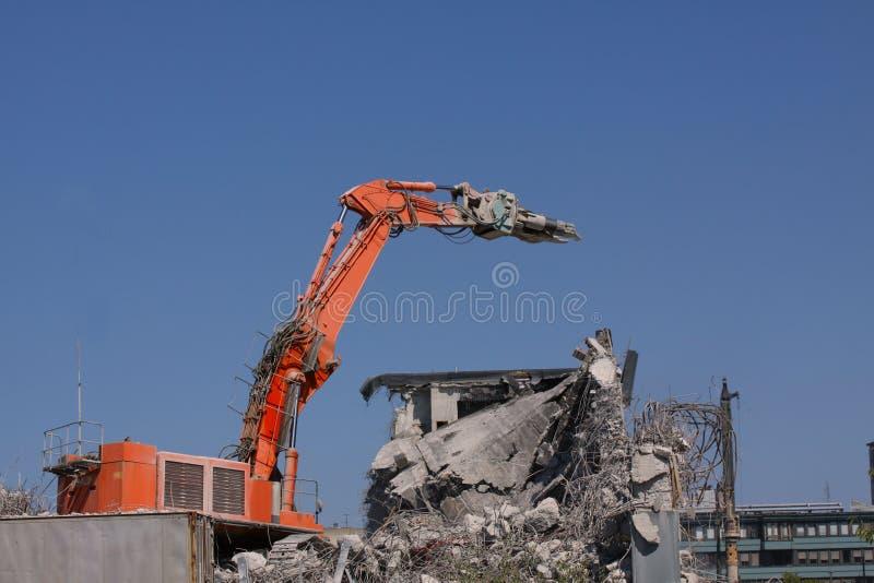 Συγκεκριμένη κατεδάφιση βιομηχανικού κτηρίου - καταστροφή οικοδόμησης με τα μηχανήματα - μπλε ουρανός - απόθεμα στοκ φωτογραφία με δικαίωμα ελεύθερης χρήσης