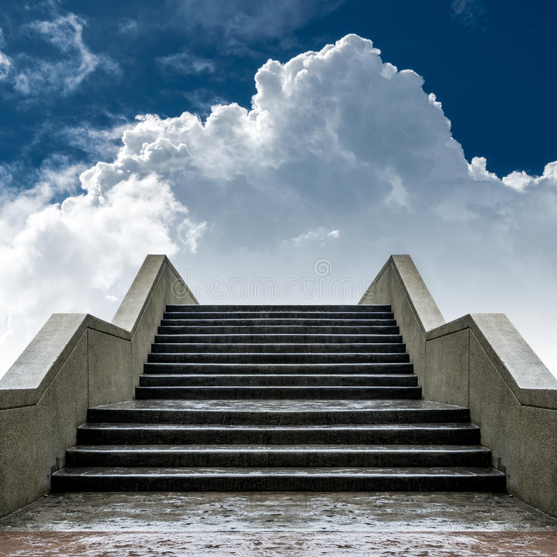 Συγκεκριμένη σκάλα με το άσπρο υπόβαθρο σύννεφων και μπλε ουρανού στοκ εικόνα με δικαίωμα ελεύθερης χρήσης