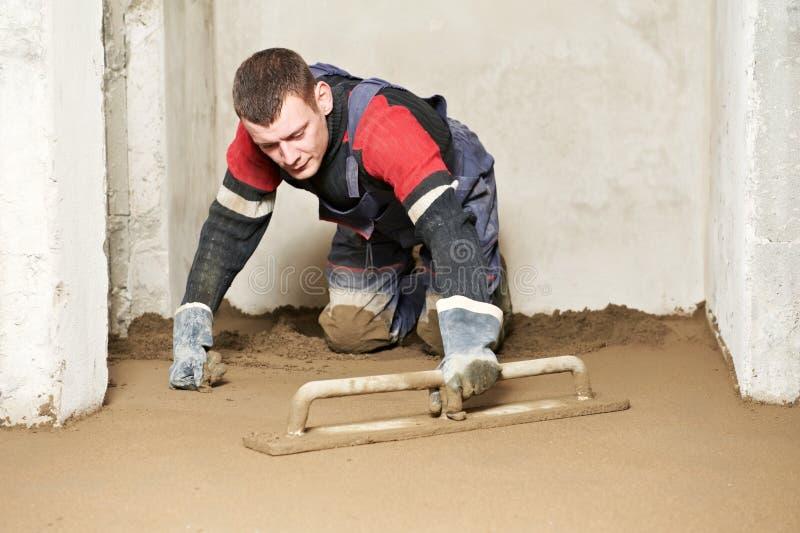 Συγκεκριμένος εργαζόμενος γυψαδόρων στην εργασία πατωμάτων στοκ φωτογραφίες με δικαίωμα ελεύθερης χρήσης