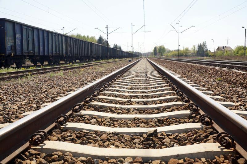 Συγκεκριμένος κοιμώμενος σιδηροδρόμων Σύνδεσμοι σιδηροδρόμου, ελαστικοί συνδετήρες που είναι για τον καθορισμό της ράγας στοκ φωτογραφίες με δικαίωμα ελεύθερης χρήσης