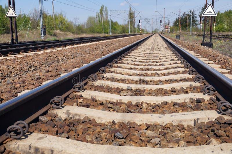 Συγκεκριμένος κοιμώμενος σιδηροδρόμων Σύνδεσμοι σιδηροδρόμου, ελαστικοί συνδετήρες που είναι για τον καθορισμό της ράγας στοκ εικόνες