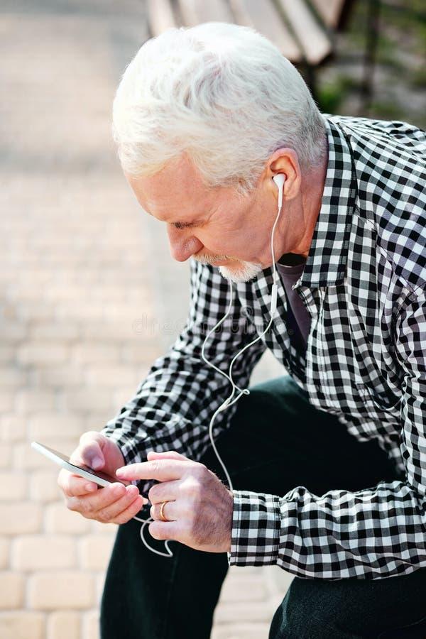 Συγκεντρωμένα ανώτερα να τυλίξει ατόμων τραγούδια στοκ φωτογραφία με δικαίωμα ελεύθερης χρήσης