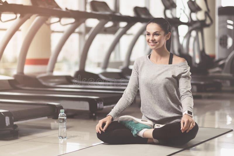 Συγκεντρωμένη γυναίκα που απολαμβάνει τη γιόγκα μετά από το σκληρό workout στοκ φωτογραφίες με δικαίωμα ελεύθερης χρήσης