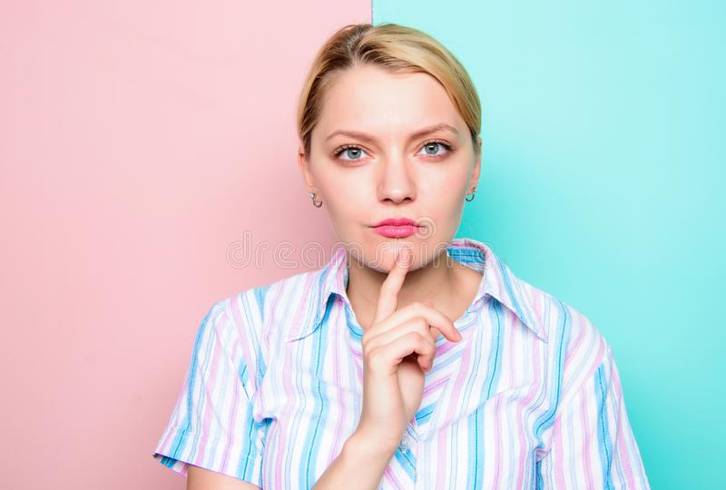 Συγκεντρωμένη γυναίκα σκέψη πηγουνιών δάχτυλων προσώπου Χρόνος ανάγκης να ληφθεί η απόφαση Βρείτε την ιδέα Σκέψη για την ιδέα κορ στοκ φωτογραφίες με δικαίωμα ελεύθερης χρήσης