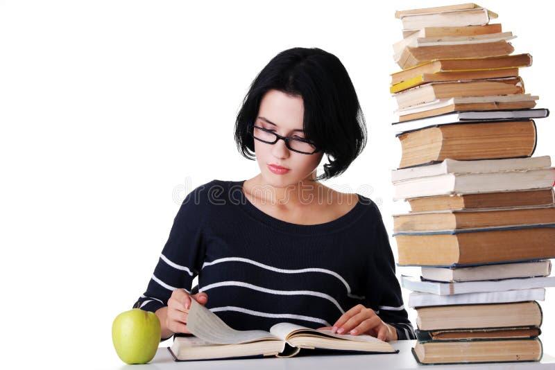 Συγκεντρωμένη συνεδρίαση γυναικών με το σωρό των βιβλίων στοκ φωτογραφία