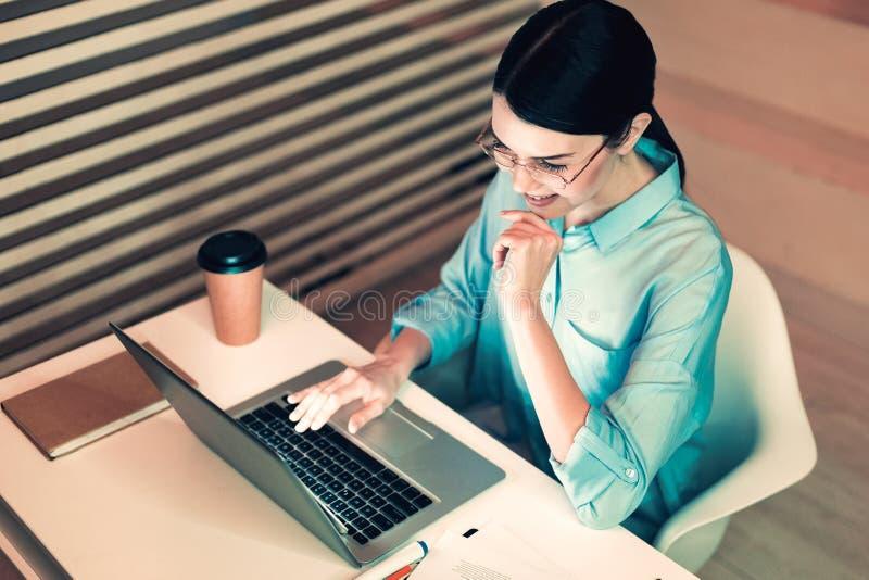 Συγκεντρωμένος διευθυντής που εργάζεται στο γραφείο στοκ εικόνες
