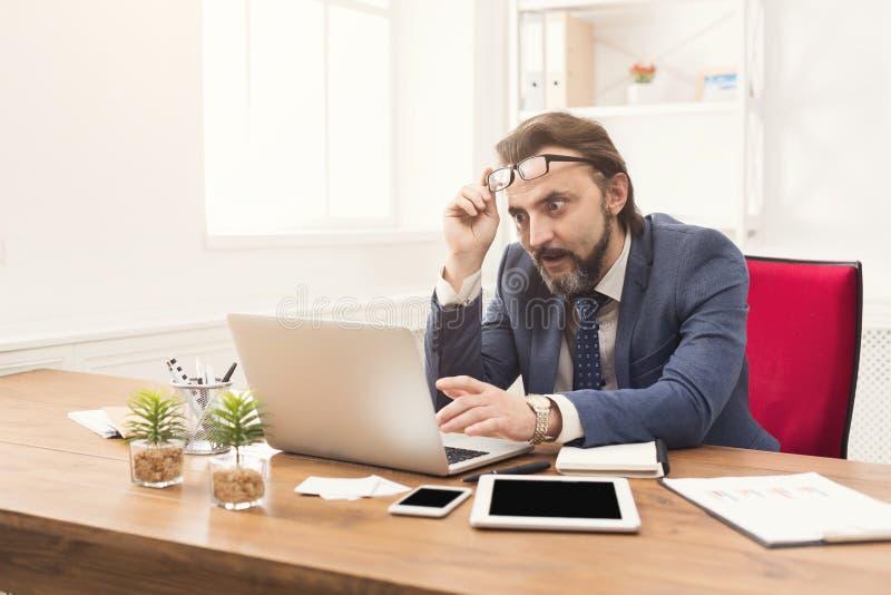 Συγκεντρωμένος επιχειρηματίας που εργάζεται με το lap-top στοκ φωτογραφία με δικαίωμα ελεύθερης χρήσης