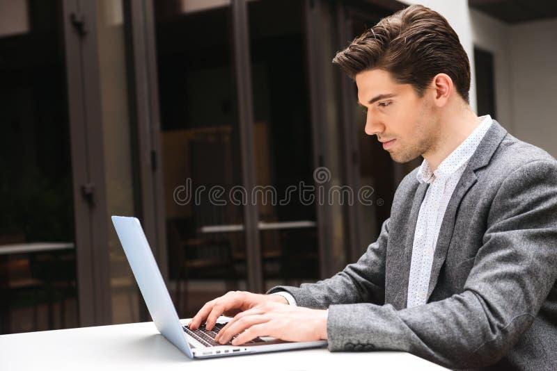 Συγκεντρωμένος νέος επιχειρηματίας στοκ εικόνες με δικαίωμα ελεύθερης χρήσης