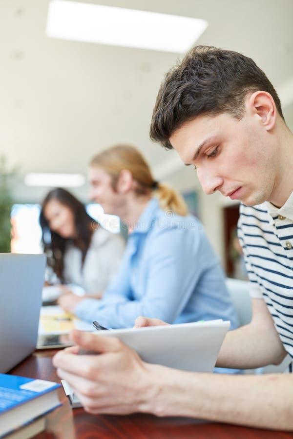 Συγκεντρωμένος νέος σπουδαστής studyinig στοκ φωτογραφία με δικαίωμα ελεύθερης χρήσης