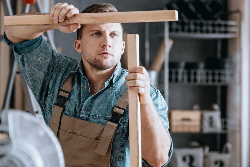 Συγκεντρωμένος ξυλουργός που ταιριάζει με τα ξύλινα μέρη στοκ εικόνες
