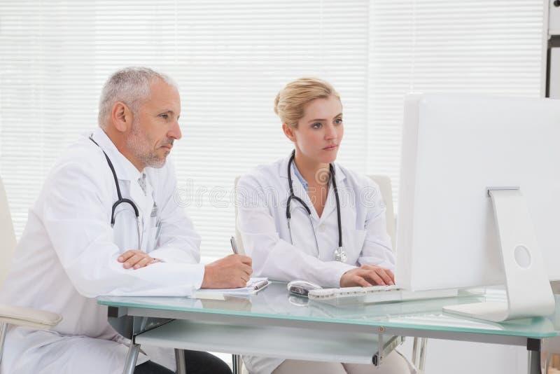 Συγκεντρωμένος συνάδελφος γιατρών που χρησιμοποιεί το lap-top στοκ φωτογραφίες με δικαίωμα ελεύθερης χρήσης