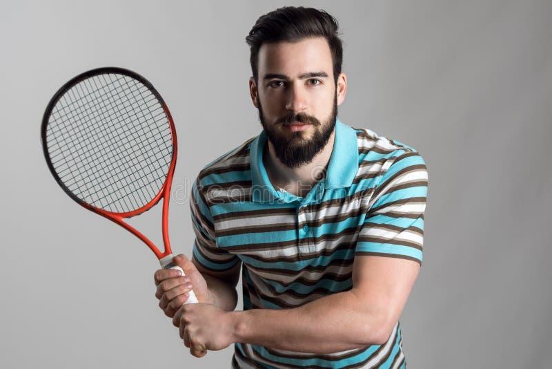 Συγκεντρωμένος τενίστας στη ρακέτα εκμετάλλευσης πουκάμισων πόλο στοκ εικόνα