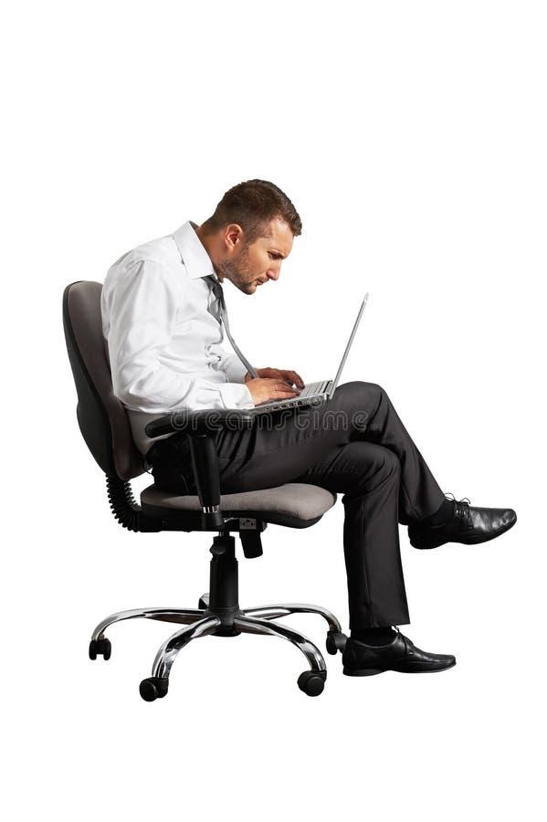Συγκεντρωμένο άτομο που εργάζεται με το lap-top στοκ φωτογραφία με δικαίωμα ελεύθερης χρήσης