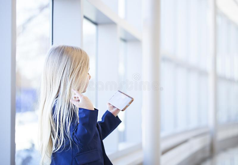 Συγκεντρωμένο βίντεο προσοχής μικρών κοριτσιών στο smartphone στοκ εικόνες