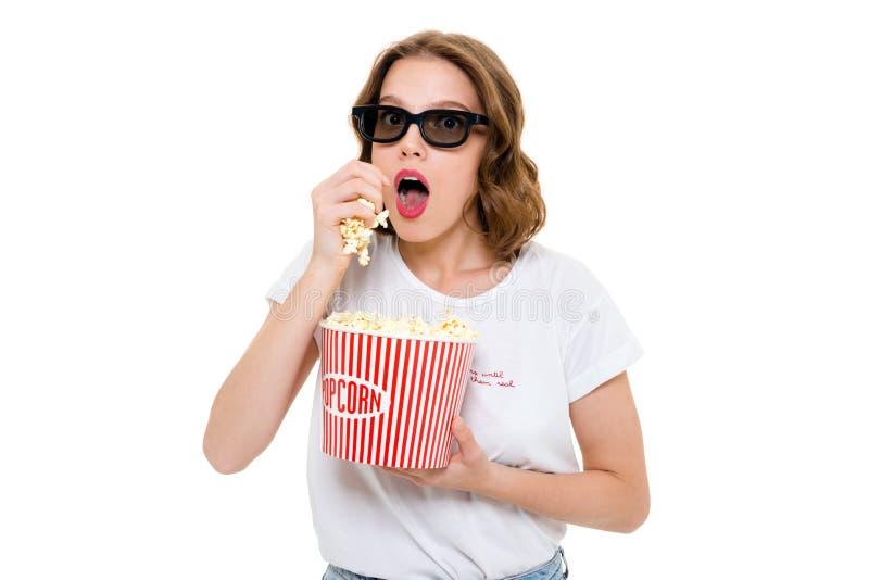 Συγκεντρωμένο καυκάσιο λαϊκό καλαμπόκι εκμετάλλευσης γυναικών που φορά τα τρισδιάστατα γυαλιά στοκ εικόνα