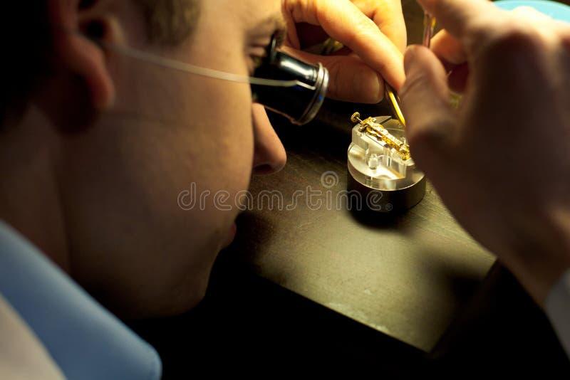 συγκεντρώνοντας ελβετικό watchmaker μερών στοκ φωτογραφία με δικαίωμα ελεύθερης χρήσης