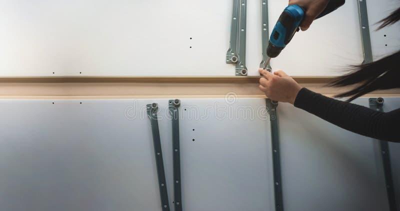 Συγκεντρώνοντας τα έπιπλα στο σπίτι Κίνηση για ένα καινούργιο σπίτι ή την έννοια DIY στοκ φωτογραφίες