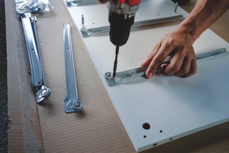 Συγκεντρώνοντας τα έπιπλα στο σπίτι Κίνηση για ένα καινούργιο σπίτι ή την έννοια DIY στοκ εικόνα με δικαίωμα ελεύθερης χρήσης