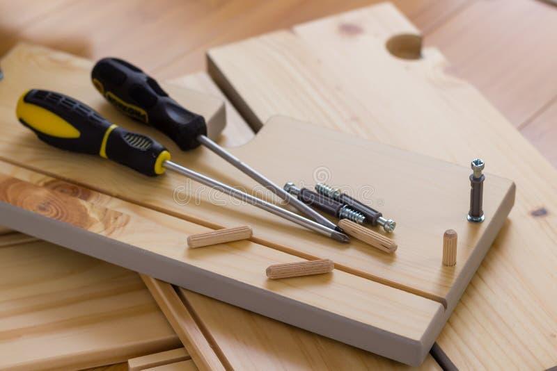 Συγκεντρώνοντας τα έπιπλα το κάνετε οι ίδιοι ξυλουργική στοκ εικόνες με δικαίωμα ελεύθερης χρήσης