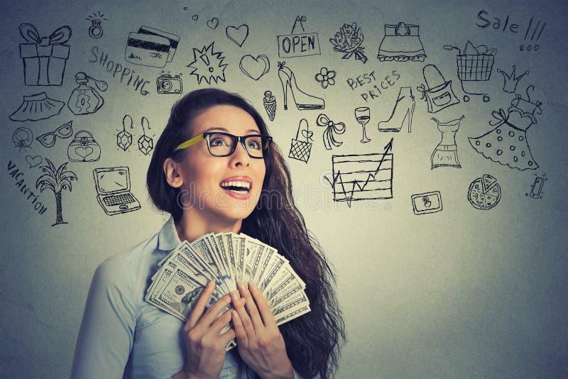 Συγκινημένα επιτυχή νέα χρήματα εκμετάλλευσης επιχειρησιακών γυναικών στοκ φωτογραφία με δικαίωμα ελεύθερης χρήσης