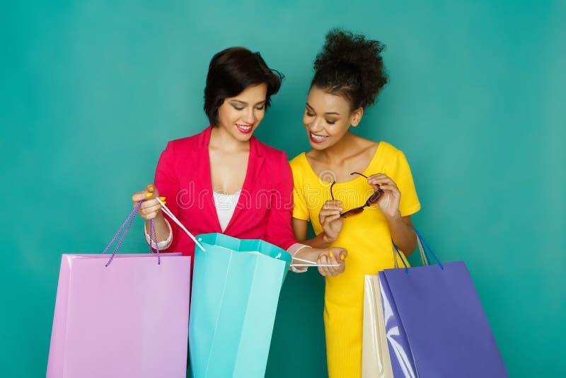Συγκινημένα ευτυχή multiethnic κορίτσια με τις τσάντες αγορών στοκ φωτογραφία με δικαίωμα ελεύθερης χρήσης