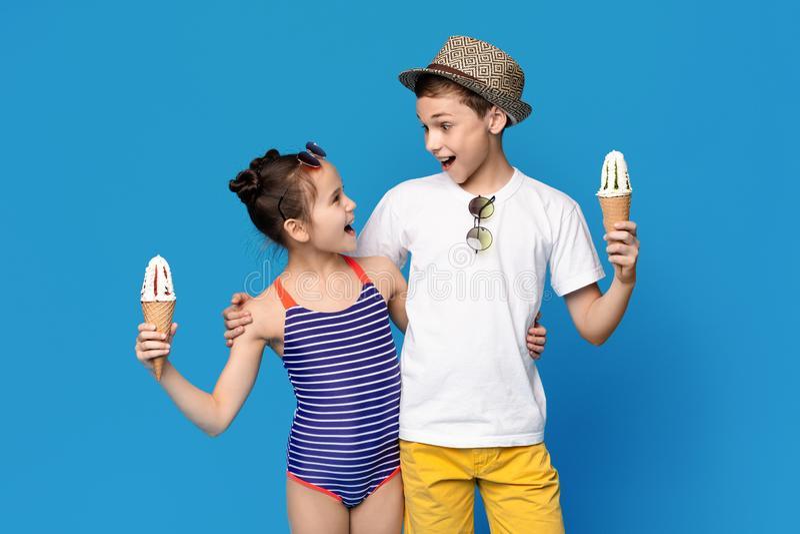 Συγκινημένα μικρό παιδί και κορίτσι που αγκαλιάζουν με τους κώνους παγωτού στοκ φωτογραφίες με δικαίωμα ελεύθερης χρήσης
