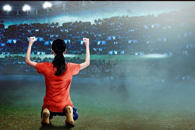 Συγκινημένη ασιατική γυναίκα ποδοσφαιριστών με την ευτυχή έκφραση στοκ εικόνες