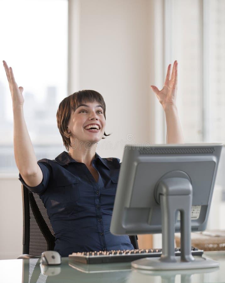 Συγκινημένη γυναίκα στον υπολογιστή στοκ φωτογραφία