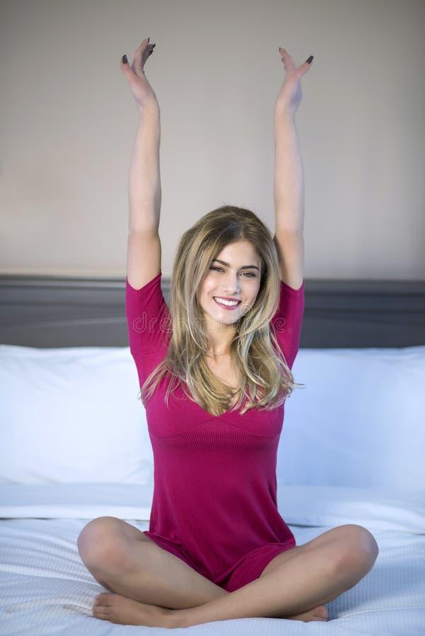 Συγκινημένη γυναίκα στο κρεβάτι της στοκ φωτογραφία