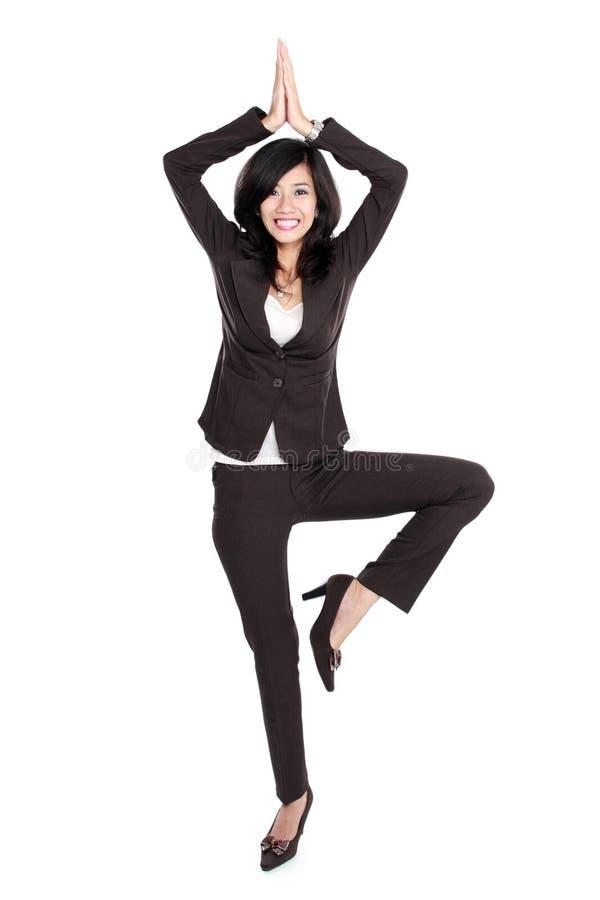 Συγκινημένη επιχειρηματίας που χορεύει κάνοντας κάτι αστείο στοκ φωτογραφίες
