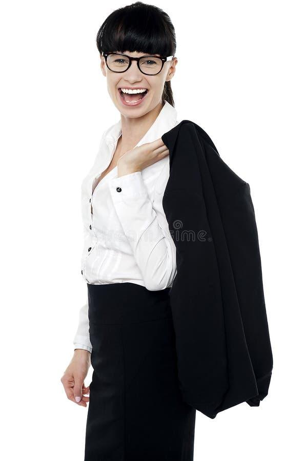 Συγκινημένη εταιρική κυρία που έχει το μεγάλο χρόνο στοκ εικόνα με δικαίωμα ελεύθερης χρήσης