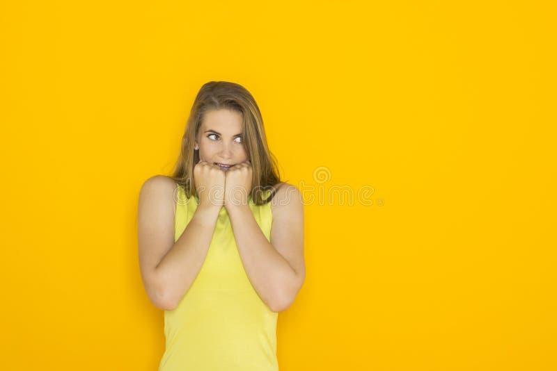 Συγκινημένη νέα ελκυστική γυναίκα στοκ φωτογραφία με δικαίωμα ελεύθερης χρήσης