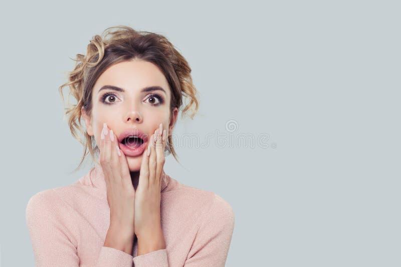 Συγκινημένη πρότυπη γυναίκα με το στόμα ανοικτό, πορτρέτο Έκπληκτο κορίτσι στο υπόβαθρο με το διάστημα αντιγράφων στοκ εικόνες