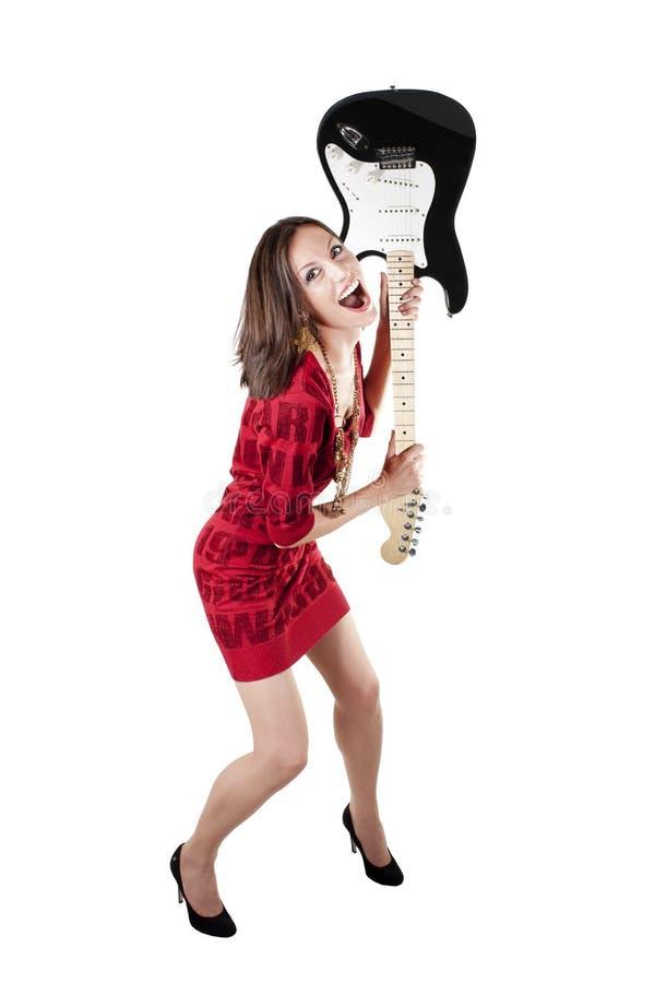 Συγκινημένη όμορφη νέα γυναίκα με την κιθάρα στοκ εικόνες με δικαίωμα ελεύθερης χρήσης