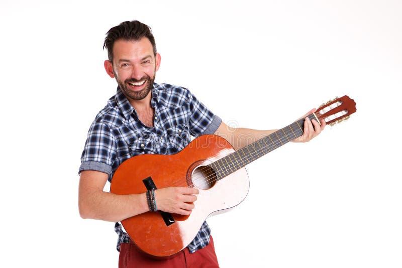 Συγκινημένη ώριμη κιθάρα παιχνιδιού ατόμων στοκ εικόνες