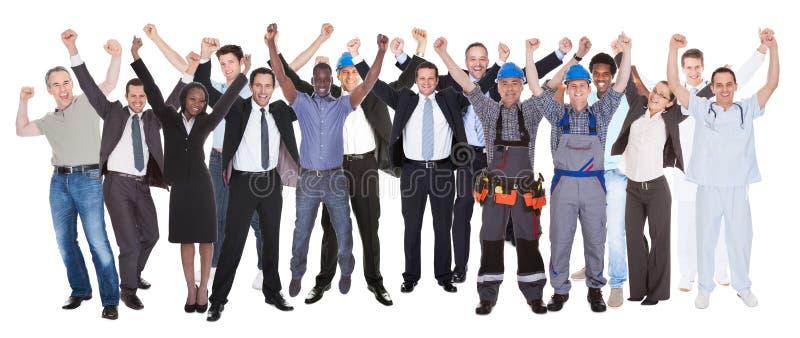 Συγκινημένοι άνθρωποι με τα διαφορετικά επαγγέλματα που γιορτάζουν την επιτυχία στοκ εικόνες με δικαίωμα ελεύθερης χρήσης