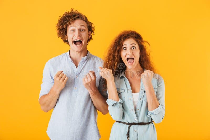 Συγκινημένοι φίλοι που αγαπούν το ζεύγος που παρουσιάζει χειρονομία νικητών στοκ φωτογραφίες με δικαίωμα ελεύθερης χρήσης