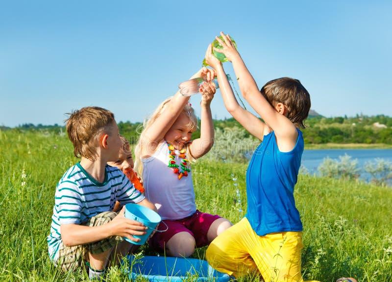 Συγκινημένοι φίλοι που χύνουν το νερό στοκ φωτογραφία με δικαίωμα ελεύθερης χρήσης