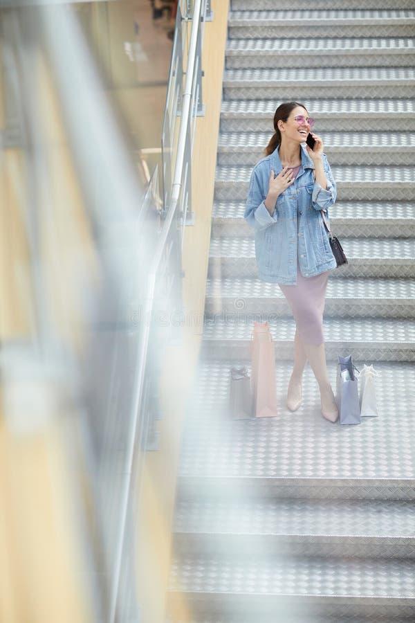 Συγκινημένος αγοραστής που μιλά στο τηλέφωνο στοκ φωτογραφία με δικαίωμα ελεύθερης χρήσης