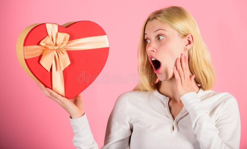 Συγκινημένος για το δώρο ημέρας βαλεντίνων Κάθε κορίτσι θα αγαπούσε την ημέρα βαλεντίνων Ρομαντικό αιφνιδιαστικό δώρο για την Καρ στοκ εικόνες