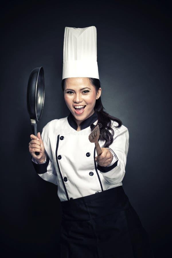 Συγκινημένος θηλυκός αρχιμάγειρας ή αρτοποιός έτοιμος να μαγειρεψει στοκ φωτογραφία