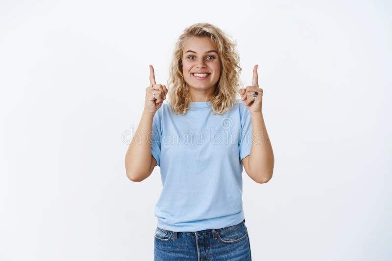 Συγκινημένος και ευτυχής charismastic θηλυκός φίλος που παρουσιάζουν τρομερή πώληση ή προϊόν που αυξάνουν τα δάχτυλα επάνω και χα στοκ φωτογραφίες