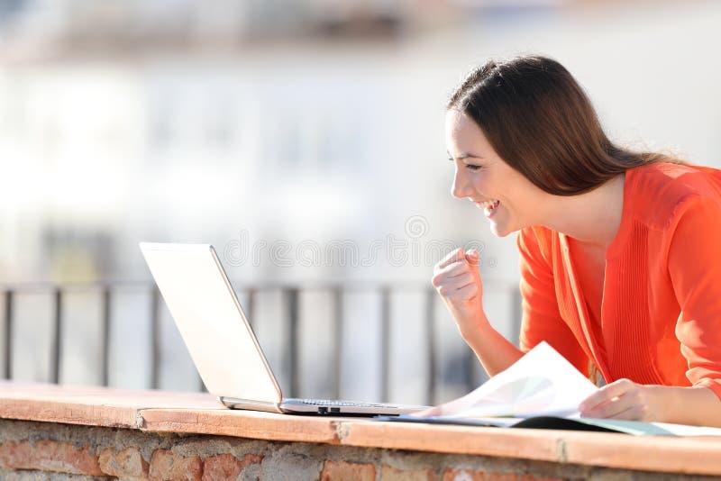 Συγκινημένος μόνος - υιοθετημένος ελέγχοντας το lap-top υπαίθρια στοκ φωτογραφία με δικαίωμα ελεύθερης χρήσης