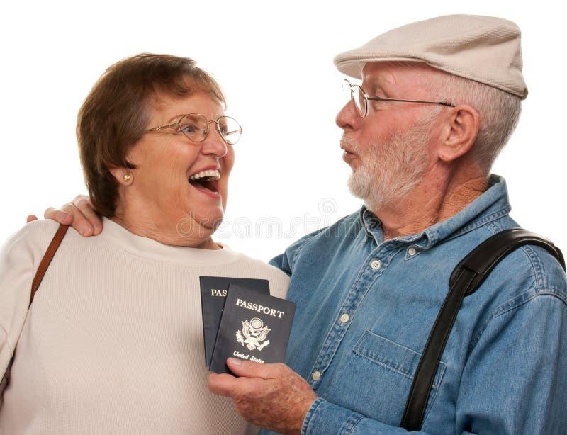 Συγκινημένο ανώτερο ζεύγος με τα διαβατήρια και τις τσάντες στο λευκό στοκ φωτογραφία με δικαίωμα ελεύθερης χρήσης