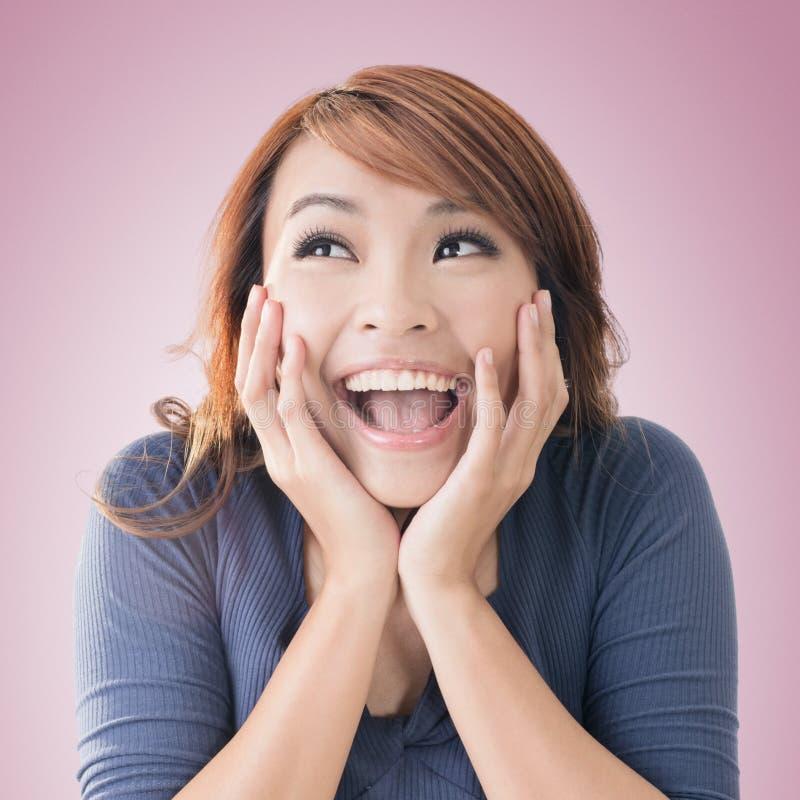 Συγκινημένο ευτυχές ασιατικό κορίτσι στοκ φωτογραφία