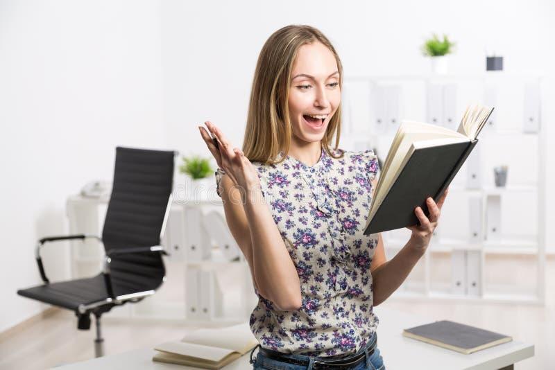 Συγκινημένο θηλυκό με το σημειωματάριο στοκ φωτογραφία με δικαίωμα ελεύθερης χρήσης